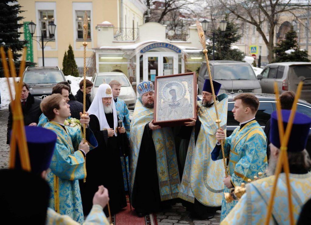 خبرنگاران شمایل گردانی رهبر کلیسای ارتدکس روسیه در مسکو برای مقابله با کرونا