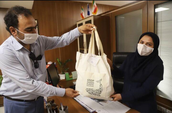 خبرنگاران کیسه های پارچه ای در بنادر وشهرک های مسکونی هرمزگان توزیع شد