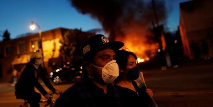 فیلم ، ناتوانی پلیس مینیاپولیس در اجرای قوانین منع آمد و شد؛ حمله مجدد معترضان به اداره پلیس