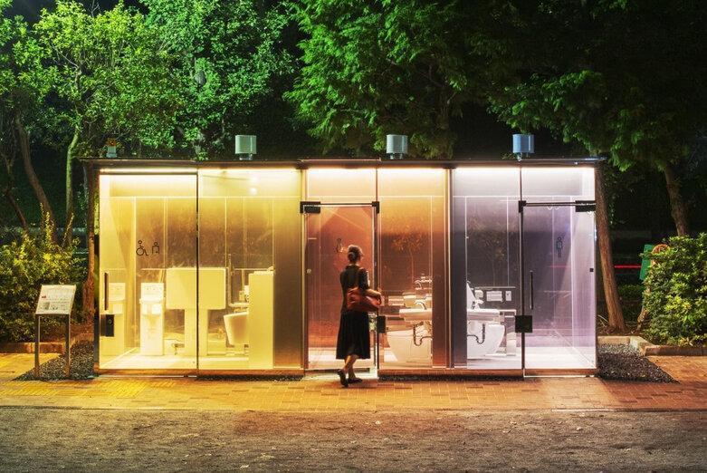 فیلم ، درون توالت های شفاف توکیو